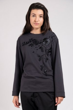 Model wearing hand embroidered flower sweater anthracite   Haruco-vert