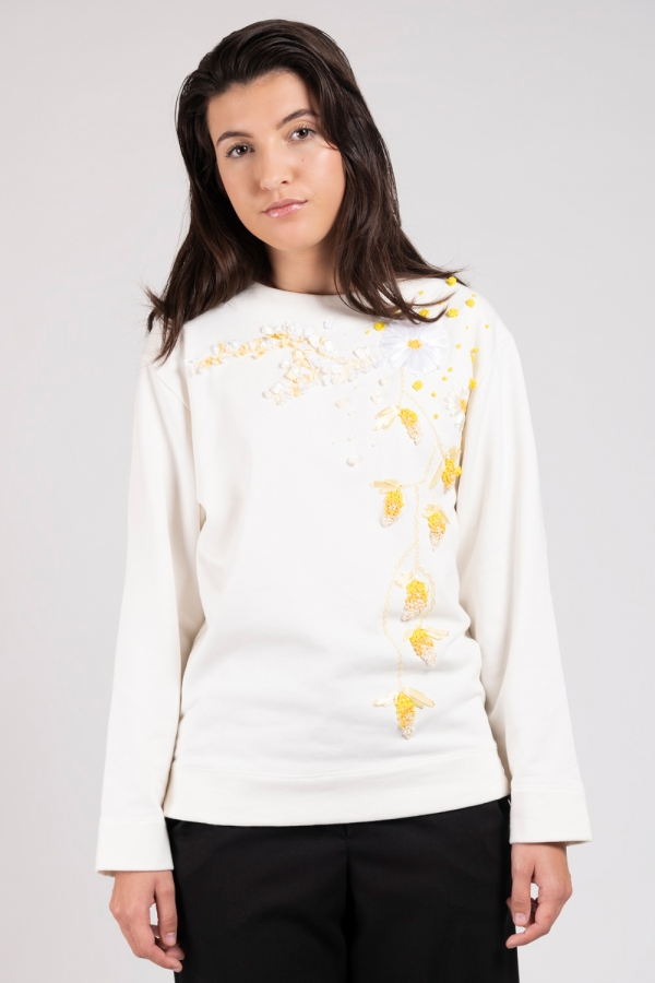 Model wearing hand embroidered flower sweater off-white | Haruco-vert